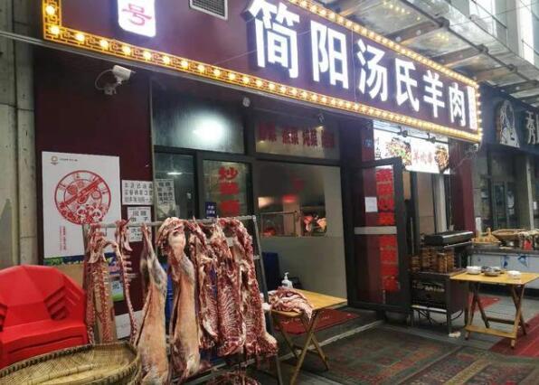 羊肉汤店门口挂满羊肉